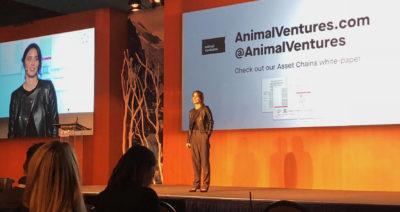 Bettina Warburg explains blockchain on stage